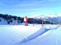 滑雪坡上有障碍物