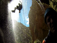 Saltos acuáticos impresionantes en barranquismo nivel medio