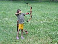 nino realizando tiro con arco
