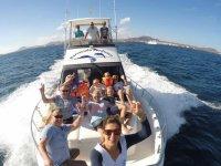 Viajando en el barco para ver cetaceos