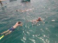 Snorkel accanto alla barca