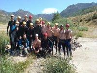 Grupo amplio de rafting tras la actividad