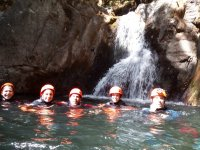 Grupo haciendo rafting y dándose un baño