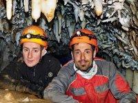 Amigos exploradores de cuevas