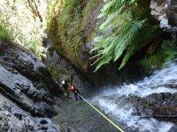 峡谷的垂降和跳跃