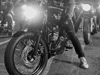 乘坐我们的标志摩托车冒险驾驶者和无经验的专家