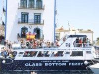 Glass bottom ferry junto a balcones en el puerto
