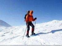 Protegido para la montana con raquetas de nieve