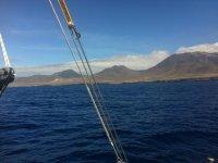 Mirando al horizonte desde el barco