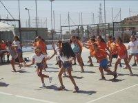 Bailando con camisetas naranjas