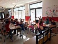 Levantando la mano en el aula
