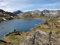 Lago y montanas