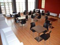Sala con mesas y sillines blancos
