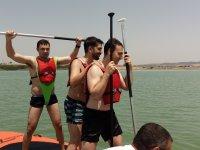 Novio de pie en el kayak