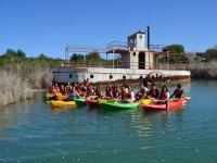 Kayaks junto al antiguo barco