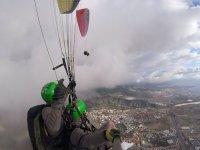 滑翔伞标志翁串联绿色头盔录制滑翔伞