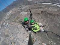 乘客滑翔伞滑翔伞滑翔伞在特内里费飞在地板上