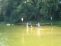 Jugando con el balon en el agua