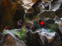 Subiendo por las rocas del barranco