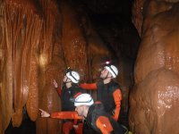 Tocando las formaciones de la cueva