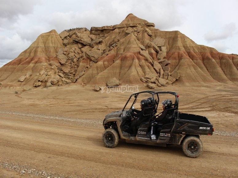 的6人座越野车路线所迷惑-在蒙特斯·塞尔佐(Montes de Cierzo)驾驶6人座越野车