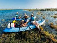 En kayak azul
