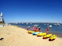 Kayaks amarillos al lado del mar