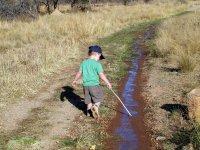 沿着泥泞的道路冷却显示器Peque