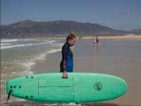 Llevando la tabla verde de surf