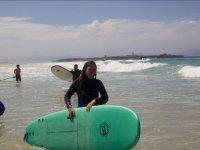Saliendo del agua con el material de surf