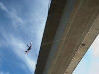 Dejandose caer desde el puente