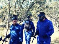 塞戈维亚的彩弹射击小组戴着面具