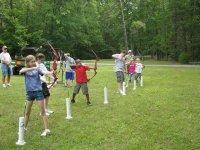 Escolares practicando tiro con arco