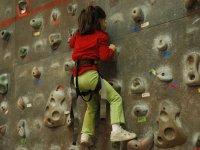 Bambini sulla parete di roccia con una felpa rossa