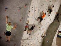 Arrampicata sulla parete di arrampicata