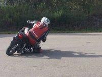 Motociclista tomando curva