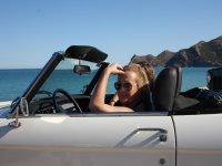 En el coche frente al mar