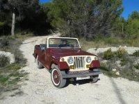 Saliendo del bosque en coche clasico