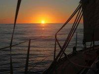 与太阳帆船背光穿上