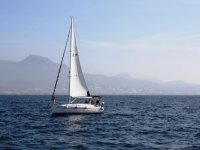 使得交叉帆船航行在离海岸帆船在日落