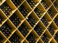 Botellas de vino en la bodega