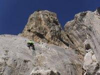 在高山探险登山攀登垂直白色