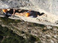 生命线对岩石壁从铁索攀岩