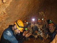 Salpicando barro en la cueva