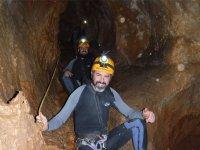 坐在山洞在泥泞的洞穴里
