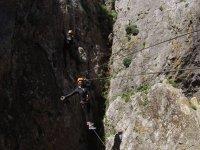 Cruzando el puente de cables en las alturas