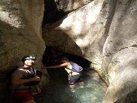 在洞穴显示器尽情体验canyoneering实践