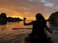 Viendo el sol ponerse desde el kayak