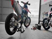 Revisando moto en taller
