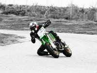 Tomando curva motociclista